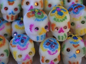 judith-haden-sugar-skulls-are-exchanged-between-friends-for-day-of-the-dead-festivities-oaxaca-mexico